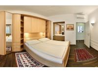 Schlafzimmer mit Balkon: 2-Zimmerapartment 54 m2 mit WIFI + Klimaanlage