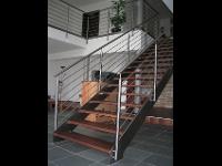 Treppe mit Horizontalgeländer