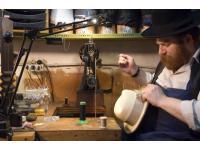 der Hutmeister bei der Handarbeit