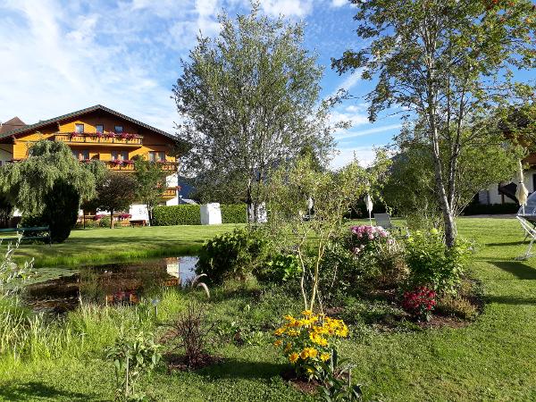 Vorschau - liebevoll angelegter Hotelgarten - Foto von HotelHiW