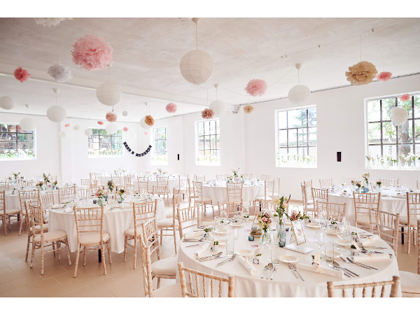 Vorschau - Hochzeit mit Chiavarisesseln limewash mit beigem Polster