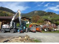 Bagger Terex mit Prozessor, Fendt Xylon mit Penz-Kran und Holzanhänger, Valentini Kippmast-Seilkräne, Steyr Traktor mit Kippmast K 300, Steyr Traktor mit Bodenwinde