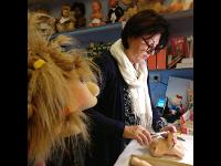 Frau Haider repariert eine antike Puppe!