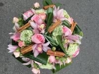 Blumenstrauß aus Rosen, Cymbidiumblüten, Zimtstangen und Berrengras