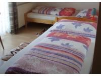 Schlafzimmer mit zwei getrennten Betten