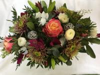 Blumenstrauß aus Ranunkeln, Chrysanthemen, Rosen, Baumwolle und Grün