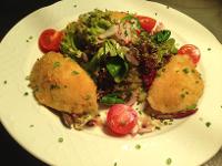 Hausgemachte Erdäpfeltascherl, gefüllt mit Kürbis, dazu Blattsalat