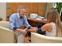 Dr. Kühnl beim Blutdruckmessen