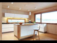 Moderne Küche mit Holz