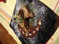 Mohn-Birnenstrudel mit Schokoladensauce