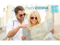 CheckVienna-Paar-mit-Karte-in-Wien
