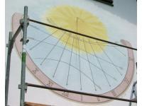funktionierende Sonnenuhr mit Datumslinien