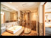 Modernes Badezimmer: Hotel Garni Dr. Köhle