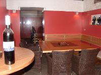 Wandverkleidung, Tisch und Eckbank für Kellerstüberl