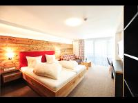 Suite für 2-4 Personen: Zimmer mit Frühstück · HOTEL SERFAUS