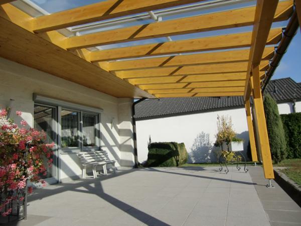 Terrassenüberdachung mit Glasdeckung und Beschattung