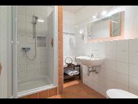 Badezimmer mit Dusche und Waschbecken im Kleinhofers Himbeernest in Anger in der Steiermark