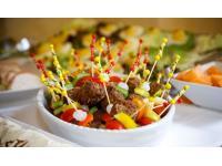 Fleischbällchen mit buntem Gemüse am Spieß