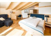 Biosuite mit Privat-Sauna und ZIrbenholz-Möbel