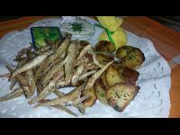 Sprotten, gebacken mit Polentamehl, Knoblauchdip & Braterdäpfeln