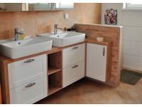 Badezimmer weiß mit Altholzstruktur