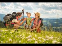 Familie beim Wandern in der Oststeiermark