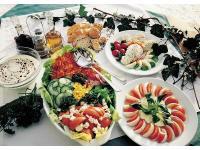 Rohkostplatte und Tomaten-Käse-Teller