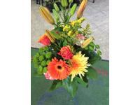 Gesteck aus Lilien, Gerbera, Rosen, Chrysanthemen und Solidago
