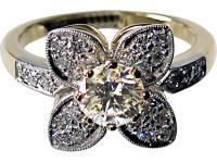 Weißgoldring mit 1karätigen Brillant im Zentrum und kleinen Diamanten in Blättern und Schiene.