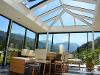 moderner Wintergarten, mit Glas-Walmdach und weiträumig öffenbaren Schiebetüren