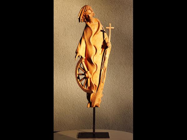 Moderne Figur aus Holz