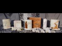 Kerzen für Hochzeit, Taufe & Anlässe. Handgebundene Fotoalben und Gästebücher mit Holzeinband.