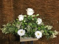 Gesteck aus Rosen, Gerbera, Alstreomeria und Santini