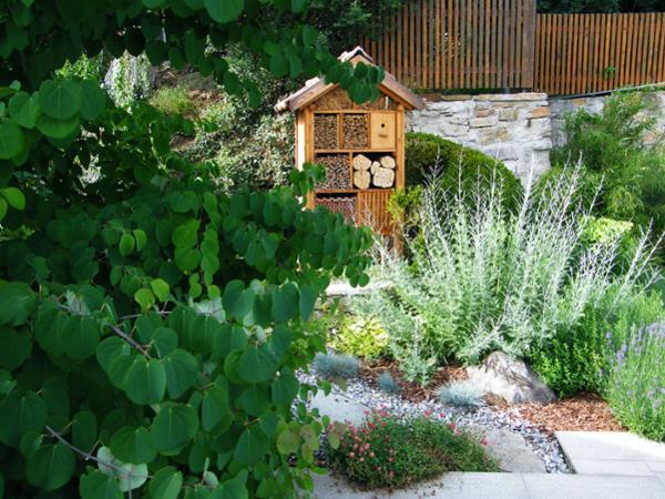 Vorschau - Blütenbeet mit Insektenhotel