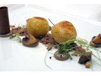 Kartoffel-Pilzknödel mit gebratenen Pilzen und Sauerrahm
