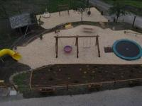 Spielplatz mit Riesentrampolin und Rutsche