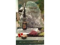Dorfergrün-Felsen mit Bronzeschrift