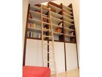 Bücherregal in Nuss und creme