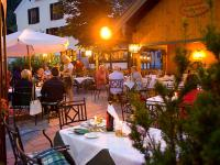 Romantische Abendstimmung im Gastgarten