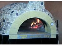 Frische Pizza aus dem Buchenholzofen