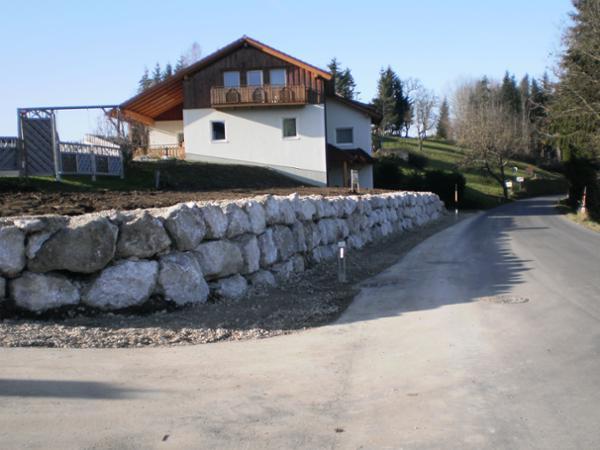 Steinmauer errichtet