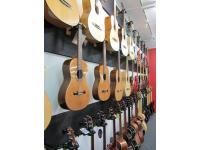Gitarren (Klassik, Western, E-, Ukulelen) + Bässe