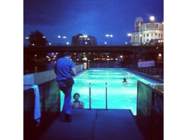 Pool Badeschiff Wien bei Nacht