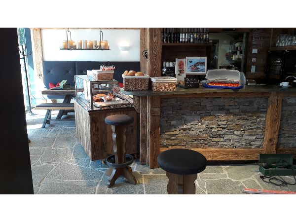 Wandpaneele in kombination mit Altholz dazu Luserna Gneis Bodenplatten