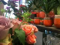 Blumentöpfe in orange, teilweise bepflanzt