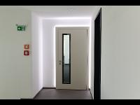Komplettansicht der Wohnungseingangstüre mit beleuchtung