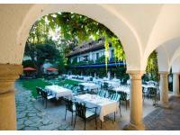 Schlosshof mit Restaurant LEON