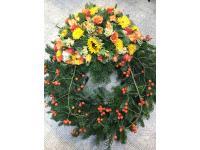 Blumenkranz aus Sonnenblumen, Nelken, Rosen und Hageputten