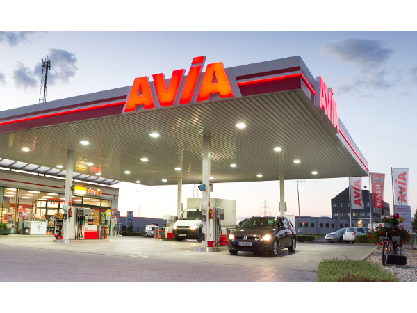 Vorschau - AVIA Tankstelle abends