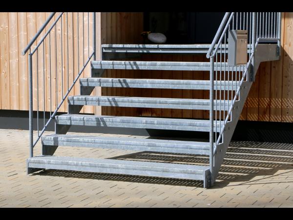 Vorschau - Verzinkte Treppe mit Geländer